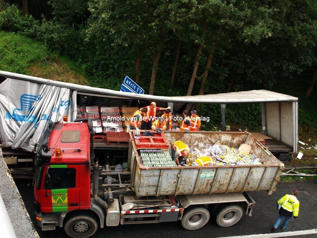 Vrachtwagen gaat over de vangrail en stopt tegen pilaar van het Viaduct 09-08-2008